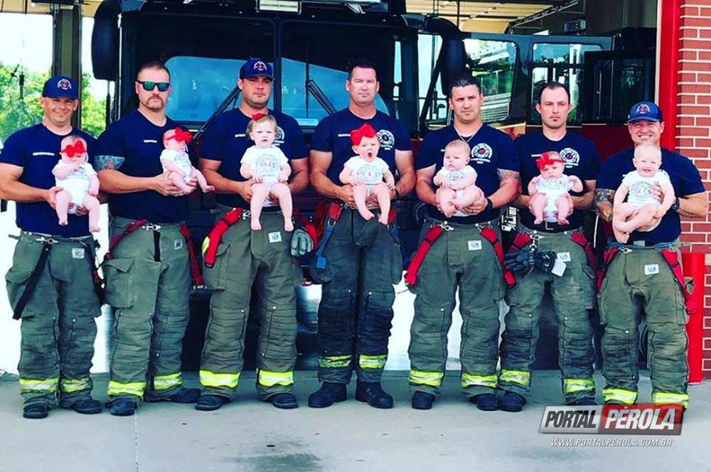 7 bombeiros que trabalham juntos nos EUA se tornam pais em pouco mais de um ano e posam para foto com seus bebês