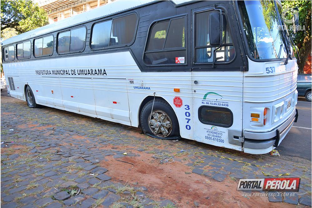 Ônibus do transporte escolar municipal de Umuarama é alvo de vândalos