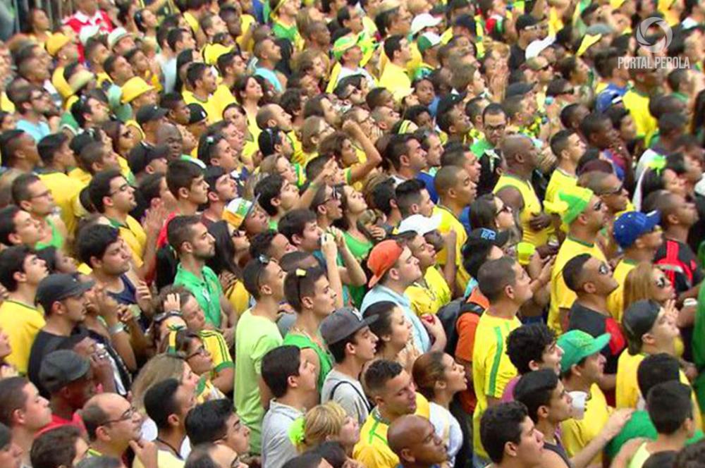 Reportagem retrata preparativos para a Copa e expectativa da torcida