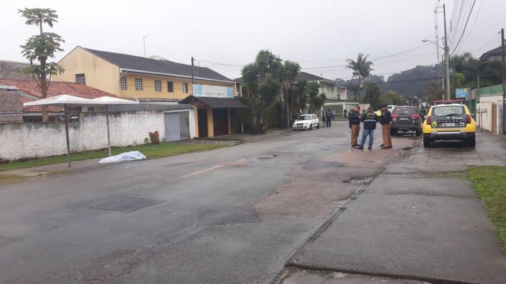 Adolescente é assassinado a tiros na rua de casa