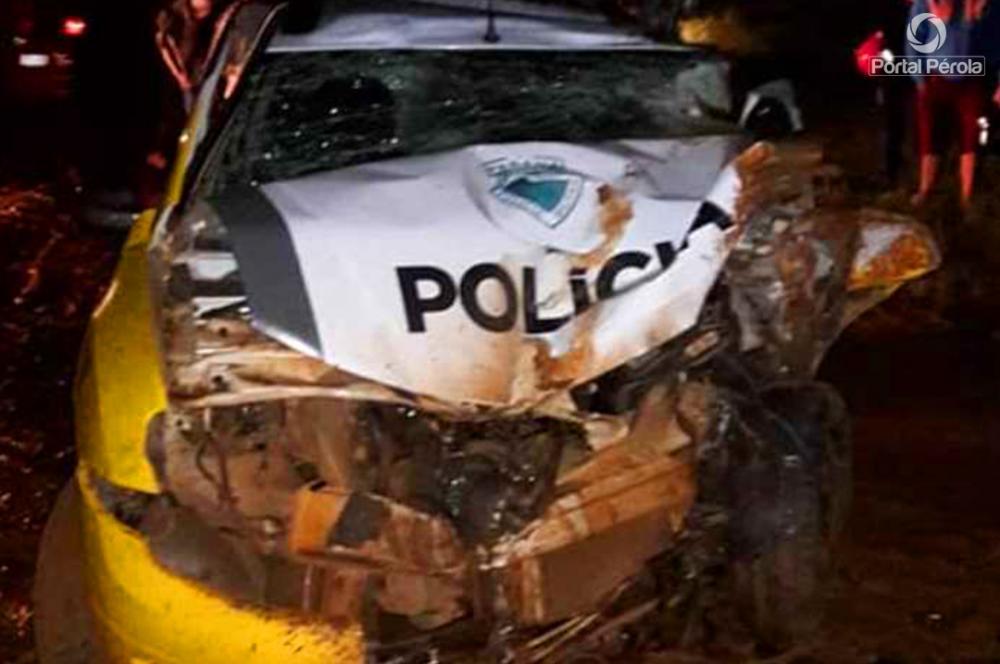 Policial fica gravemente ferido após colidir viatura contra caminhão na rodovia