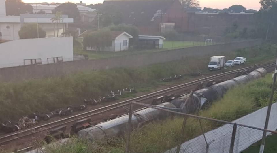 Vagões de trem carregados com combustíveis descarrilam