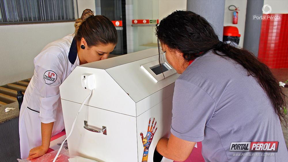 Com caixa de higienização, acadêmicos da Unipar ensinam lavagem correta das mãos