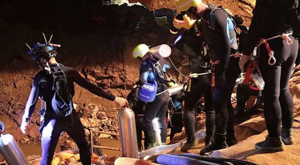 Todos os 12 garotos e técnico são resgatados de caverna na Tailândia