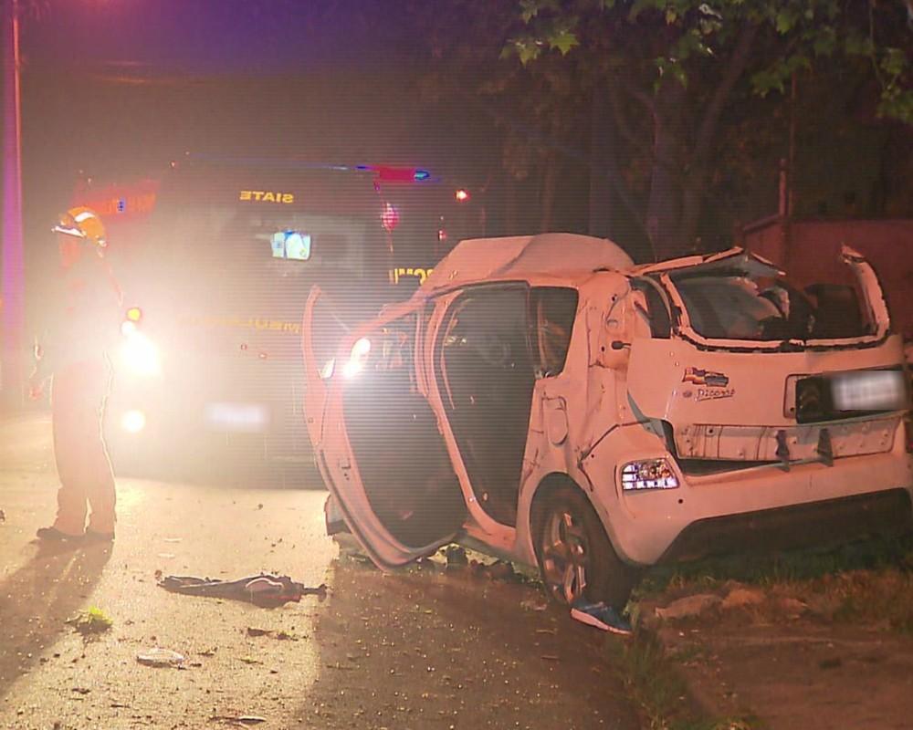 Cinco pessoas ficam feridas em acidente com carro roubado