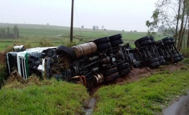 Professor morre ao desviar de árvore caída e bate de frente com caminhão