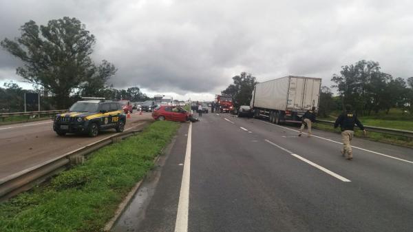 Acidente entre carros mata motorista na BR-476, em Araucária