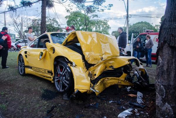 Motorista bate Porsche contra árvore em avenida de Curitiba