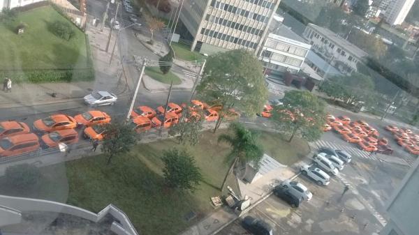 Em protesto, taxistas pedem que prefeitura fiscalize mais Uber e Cabify