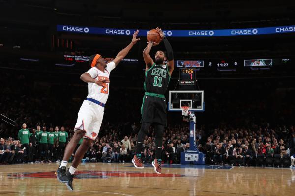 Kyrie Irving, dos Celtics, faz o arremesso no duelo contra os Knicks — Foto: Nathaniel S. Butler/Getty Images