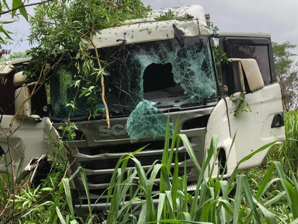 Homem morre após perder controle da direção e bater caminhão em barranco, na PR-486 — Foto: Divulgação/PRE