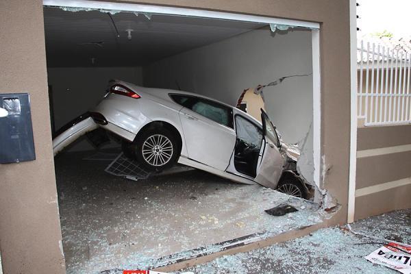 Susto na Avenida Parigot Souza em Umuarama, carro voa e acaba dentro de uma casa