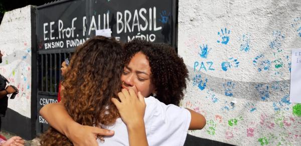 Escola de Suzano recebe mais homenagens e ato ecumênico uma semana após massacre